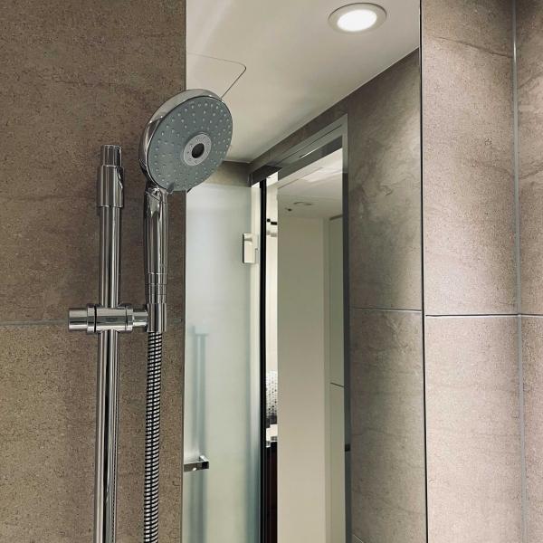 風呂 鏡 コーティング 曇り止め 超反射 光沢 防カビ 水垢付かない 水垢 掃除の簡易化 抗菌 オシャレ かっこいい キレイ 清掃 クリーニング カガミ